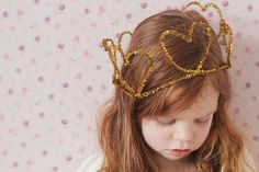 Love this simple DIY for pipe cleaner crowns, add colored pony beads on the pipe cleaners to make it even fancier! Valentine Special, Be My Valentine, Easy Crafts For Kids, Diy For Kids, Kid Crafts, Heart Crown, Uk Lifestyle, Diy Pipe, Dress Up Boxes