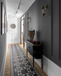 Une maison au design noir et ethnique - PLANETE DECO a homes world - Expolore the best and the special ideas about Modern home design Tiled Hallway, Hallway Flooring, Dark Hallway, Hallway Wall Lights, Black And White Hallway, Hall Tiles, Narrow Hallways, Upstairs Hallway, Entry Hallway