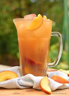 Have you always wanted to prepare yourself peach iced tea? A simple but tasty recipe. Informations About Ihr wolltet schon immer einmal Pfirsich Eistee selbst … Cocktail Drinks, Fun Drinks, Healthy Drinks, Healthy Food, Party Drinks, Healthy Recipes, Smoothie Drinks, Smoothies, Drink Summer