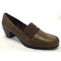 Zapato de tacón sport. Es un calzado cómodo, que le ofrece ir con un look vestido y a la vez sport. El elástico en la pala, le ofrece comodidad y ajuste máximo del pie. Piso de poliuretano flexible y ligero. Disponible en color marrón Tallas desde el 35 al 41