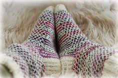 Syksyn neulehetkiin tällaset sukat! Wool Socks, Knitting Socks, Hand Knitting, Sissi, Boot Cuffs, Leg Warmers, Handicraft, Knit Crochet, Arts And Crafts