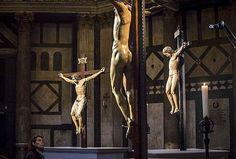 FIRENZE - Tre crocifissi, uno accanto all'altro, sotto l'enorme mosaico che rappresenta il Cristo risuscitato. Tre opere straordinarie del Quattrocento fiorentino. Di altrettanti geni dell'arte: Donatello, Michelangelo e Brunelleschi. Non una semplice esposizione ma una vera e propria ostensione, per la prima volta, dentro il Battistero di San Giovanni.