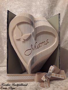 """Muttertag, das persönliche Geschenk überhaupt. Ein gefaltetes Buch in Form eines Herz mit Schmetterling und dem Text """"Mama"""". Persönlicher geht es nicht mehr."""