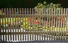 Jag vill ha ett sånt här staket till MM, fast i en annan färg, typ svart. Interior Garden, Garden Tools, Fence, Exterior, Outdoor Structures, Acacia, Outdoor Decor, Workshop, Villa