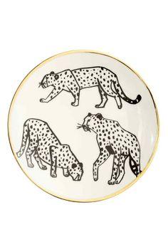 Porcelanowy talerzyk: Mały porcelanowy talerz z nadrukiem motywu i złocistym brzegiem. Średnica 15 cm.