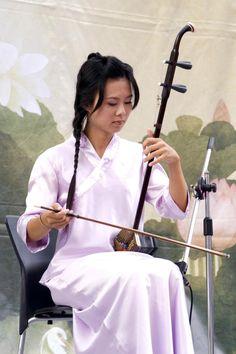 ERHU: Le son est produit par les cheveux de l'arc joués sur les cordes.  (Renjiun Wang / The Epoch Times)  L'erhu aux chinois est comme le violon pour les Occidentaux