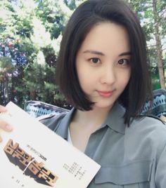 少女時代のソヒョンが、ボブヘアに変身したセルフショットを公開した。ソヒョンは本日(15日)、自身のInstagramに「10年ぶりにボブヘアにしました。週末の午後10時にMBCで会いましょう」と書き… - 韓流・韓国芸能ニュースはKstyle