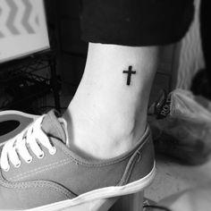 tatuaggio linea nera caviglia -