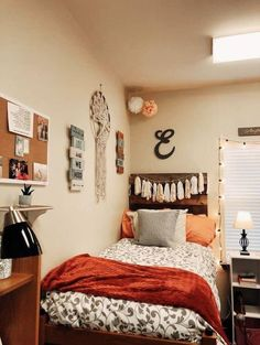 These boho dorm room ideas are literally the best I've seen this year!! #college #boho #dormroom Cozy Dorm Room, Cute Dorm Rooms, Small Room Bedroom, Master Bedroom, College Bedroom Decor, College Room, Home Decor Bedroom, Bedroom Ideas, Dorm Room Designs
