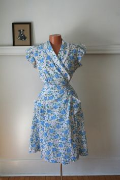 Vintage wrap dress from the late Very soft cotton fabric in blue, green, pink, yellow and white. Aprons Vintage, Vintage Wear, Vintage Outfits, Vintage Sewing, Vintage Clothing, Vintage Style, Funky Fashion, Vintage Fashion, Day Dresses