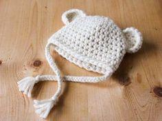 Suite à vos nombreux et chaleureux commentaires sur Instagram, voici le patron de ce petit bonnet tout mimi. Bon crochet à vous! Matériel : – 1 pelote de 50 grammes de Pôle de la filature Fonty (65% laine 35% alpaca) coloris écru – 1 crochet n° 7 – 1 aiguille à laine – 1 paire de... Lire la suite