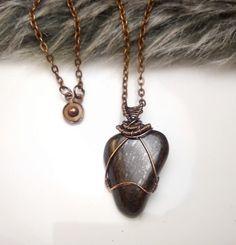 Fotogaléria šperkov, drôtený, tepaný a patinovaný medený šperk, drôtikovaný prívesok s minerálom, šperky s kameňom, bronzit.