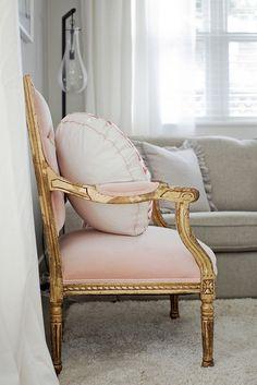 Poltrona mais clássica, que contrasta com o ouro velho e deixa o ambiente chiquérrimo.