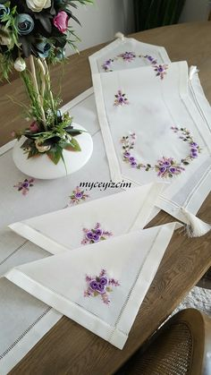 San y Mario. Hand Embroidery Projects, Hand Embroidery Videos, Creative Embroidery, Hand Embroidery Patterns Flowers, Hand Work Embroidery, Hand Embroidery Designs, Ribbon Embroidery Tutorial, Silk Ribbon Embroidery, Crewel Embroidery