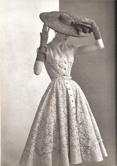 это скорее, платье 50-х, но мне очень нравится такой силуэт! И платья с поясом мне идут
