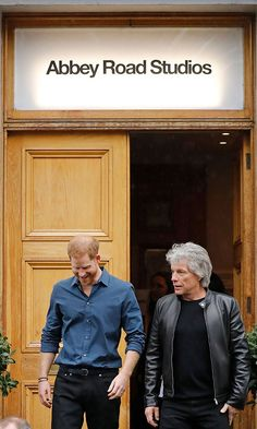 Prince Harry and Jon Bon Jovi visit Abbey Road Studios to record a song for the Invictus Games Foundation Prince Harry And Megan, Harry And Meghan, Abbey Road, Jon Bon Jovi Songs, Queens Guard, Royal Family Pictures, Invictus Games, Prinz Harry, Latest Instagram