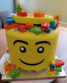 Lego taart. Een vanille taart en choclade taart om en om gestapeld en gevuld met chocolade oreo creme.
