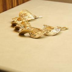 14 ayar altın ile hazırlanmış bir dantel görüntüsü olan muhteşem bir bileklik. Photo And Video, Heels, Instagram, Fashion, Heel, Moda, Fashion Styles, High Heel, Fashion Illustrations