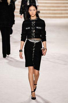 Chanel Pre-Fall 2020 Fashion Show - Vogue Fashion Moda, Vogue Fashion, Fashion Week, Runway Fashion, Fashion Tips, Fashion Design, Fashion Hacks, Color Fashion, Fashion Art