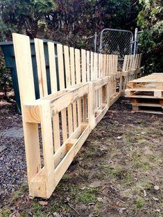 DIY garden fence made of pallets - Fancy DIY idea .- DIY garden fence made from pallets – Fancy DIY ideas for the garden fence - Diy Garden Fence, Pallets Garden, Backyard Fences, Backyard Ideas, Garden Boxes, Patio Ideas, Cheap Fence Ideas, Diy Dog Fence, Backyard Hammock