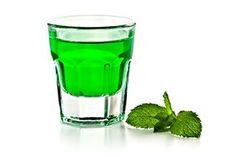 Zelený likér s chutí a vůní po mátě peprné vyrobený právě z listů máty, krystalového cukru, kyseliny citronové, potravinářského barviva a slivovice, vodky nebo 45 % lihu. Alcohol Aesthetic, Beverages, Drinks, Preserving Food, My Tea, Herbalism, Vodka, Food And Drink, Shot Glass