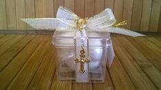 Lembrancinha de batizado ou nascimento. Caixinha acrílica 4x4 com amêndoas confeitadas e mini terço.  Acompanha tag personalizado.  Pedido mínimo: 25 unidades.