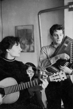 Mike Seeger plays the autoharp and sings as guitarist and future-wife Alice Gerrard accompanies him. Then-wife Marj Seeger smokes a cigarette and plays a stringed instrument in the background. Mike Seeger, whose love for traditional songs and tunes inspired many other musicians — including Bob Dylan