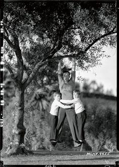 Buster Keaton mit seinen Söhnen James und Robert, MGM, 1928 | © John Kobal Foundation