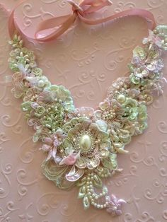 Gorgeous necklace of rosettes and pearls <3