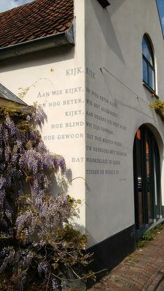Naarden-Vesting, Noord-Holland. Op vele muren tref je gedichten.