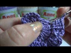 Nesta vídeo aula você vai aprender o passo a passo de uma linda flor de crochê, bem simples e fácil e que pode ser usada em combinação com folhas e arabescos...