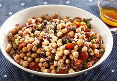 In en om die huis: Keker-ertjie-slaai met tamaties, olywe en kruie Chickpea Salad, Black Eyed Peas, Salad Recipes, Salads, Beans, Cooking Recipes, Fresh, Salad Dressings, Vegetables