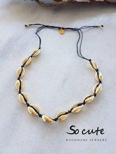 Κολιέ με χρυσά φυσικά κοχύλια Cowrie Shell Necklace, Macrame Necklace, Shell Necklaces, Diy Necklace, Seashell Jewelry, Diy Jewelry, Beach Stuff, Hippy, Sea Shells