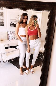 Two Shop Girls. Top Clothing Choices For A Stunning New Look. Are you searching for ways you can look more fashionable? Cute Friend Pictures, Best Friend Pictures, Bff Pics, Friend Pics, Trendy Outfits, Summer Outfits, Cute Outfits, Tumblr Bff, Best Friend Photography