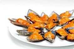 Los mejillones son moluscos exquisitos de bajo precio que permiten mil combinaciones en la cocina, desde mejillones al vapor, en vinagreta, escabeche, empanada.