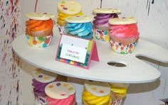 Fondant palette topped cupcakes at an Art Party #artparty #cupcakes