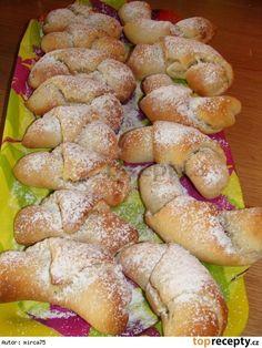 Jablečné rohlíčky 1 dcl mléka (vlažného) 1 lžička cukru krupice 25 g droždí 200 g polohrubé mouky 100 g hery (rozpuštěné vlahé) 30 g cukru moučka 1 žloutek špetka soli citronová kůra 3 jablka (větší)