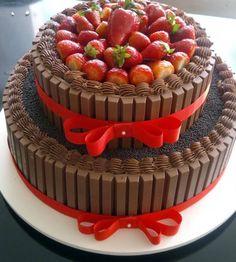 Es lo que yo llamo una Torta Sorpresa.. Mucho Chocolate y Fresas by Antoni Azocar.
