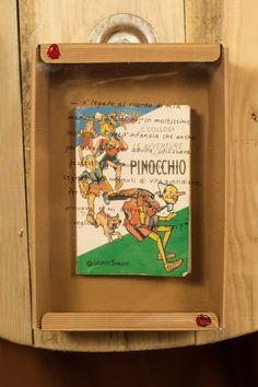 """«… è legato al ricordo di mia mamma, infatti lei, in moltissime occasioni sia dell'infanzia che anche poi della mia età adulta, utilizzava pezzetti di """"Pinocchio"""" proprio per segnare dei momenti della vita quotidiana. Per esempio, quando stavo male, arrivava e mi diceva """"Oh, ci vogliono in quattro conigli neri?» Legato, Pinocchio, Mamma, Frame, Home Decor, Picture Frame, A Frame, Interior Design, Frames"""