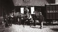 First shipment of bananas arrived to Norway. 1905 Norway was the second country in Europe to import bananas after UK [::SemAp FB Rare Pictures, Rare Photos, Old Photos, Vintage Photos, History Articles, History Photos, History Books, Asian History, Tudor History