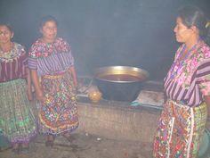 Mujeres junto a la hoya de caldo listo para servir en la fiesta