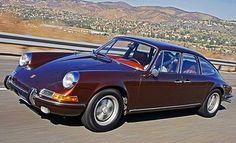 De 911 zal steeds centraal blijven staan in het Porsche-gamma. Dat was ten tijde van de 914, 928 en 944 al zo, en is nu met de Cayman en Boxster nog steeds het geval. Maar Porsches road to succes dankt het al lang niet meer alleen aan de 911. De Cayenne, Panamera en ondertussen Macan zijn een schot in de roos. Die eerste was dan wel de eerste officiële Porsche met achterdeuren, maar de Duitsers hadden al eerder geëxperimenteerd. Getuige daarvan de Porsche 911S Troutman-Barnes, voorvader van…