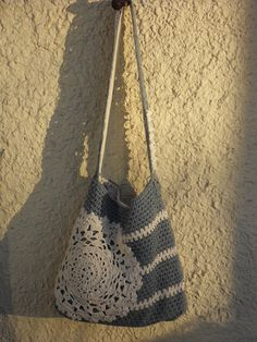 Crocheted bag with a doily.I do not need another crochet project but, this has given me an idea. Plus, I can use up some of my vintage doilies. Grannies Crochet, Crochet Diy, Crochet Handbags, Crochet Purses, Love Crochet, Knit Or Crochet, Crochet Crafts, Crochet Doilies, Yarn Crafts