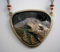 Wolf+Howling+Necklace+in+Bronze