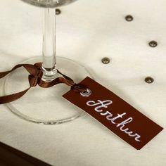Incontournables marque place mariage de couleurs ! Perforées, ornées d'un rivet métallique et livrées avec un lien de satin coordonnée, ces marque place trouvent leur place partout : autour d'un pied de verre, d'une serviette, d'un cadeau d'invité.