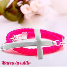 Pulsera Wrap. Cruz plateada y cuero en diferentes colores.  ¡Marca tu estilo! Color Rosa, Bracelets, Leather, Jewelry, Leather Cord, Bangle Bracelets, Style, Budget, Green