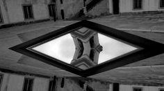 Inspirados pelo trabalho do artista Maurits Cornelis Escher e, utilizando um espelho em movimento, o vídeo explora espaços com potencialidades ligadas a distorção da percepção, como corredores, escadas a torre, e modificar seu sentido figurativo fazendo-nos confundir em qual plano é aquele considerado real e qual é reflexo, em alguns momentos a técnica empregada, conjuntamente com efeitos visuais, leva a uma abstração do mundo físico, gerando uma espécie de confusão.