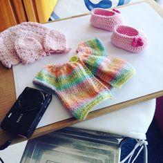 Using an ironing board and the sun as my photostudio.   #sooninstore #meestermaaktdit #meestermaakt #baby #babyborn #babybooties #babymittens #babyhat #photostudio #sun #etsyseller #etsycrochet #etsyknits