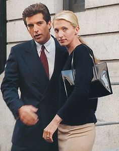 Love this style. Carolyn Bessette-Kennedy, icon of style and her dashing husband, John Kennedy, Jr. John Kennedy Jr, Les Kennedy, Carolyn Bessette Kennedy, Jfk Jr, John John, Familia Kennedy, John Junior, John Fitzgerald, Beautiful Couple