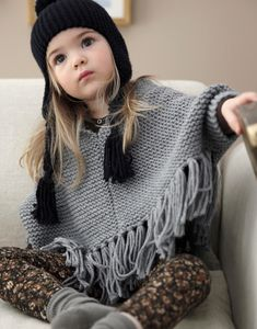 A bitty poncho! Knitting For Kids, Crochet For Kids, Baby Knitting, Knit Crochet, Crochet Hats, Little Fashionista, Baby Kind, Pretty Outfits, Diy Clothes